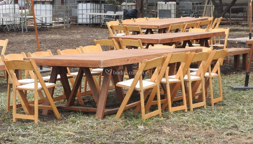 Mesa rústica con sillas