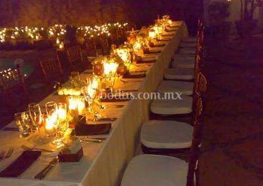 Decoración de una mesa con velas