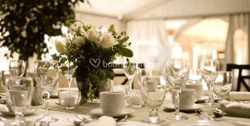 Mesa decorada con rosas blancas de B y B Banquetes