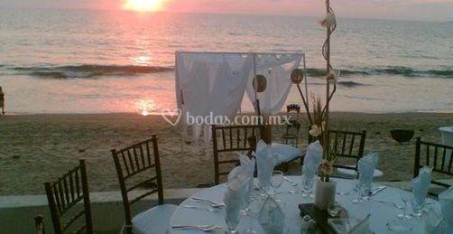 Mesa y sillas para celebración junto a la playa
