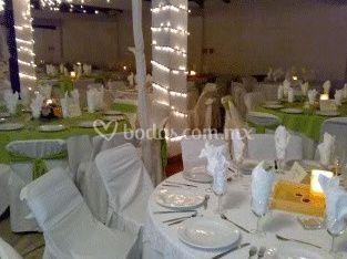Detalle de una mesa decorada en blanco