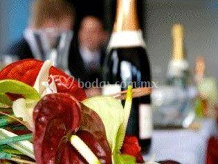 Botella de vino y arreglo floral