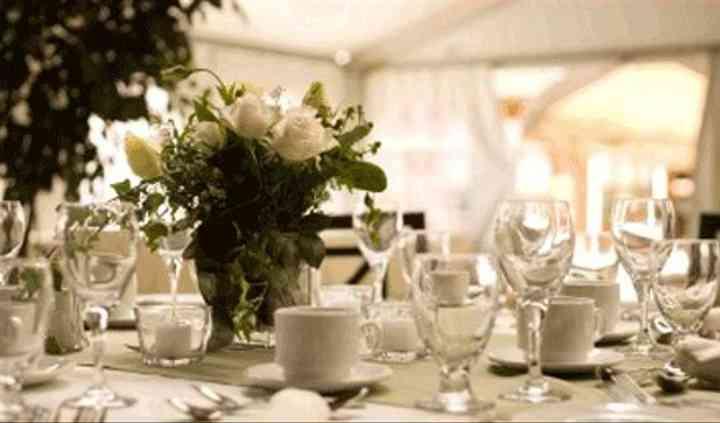 Mesa decorada con rosas blancas