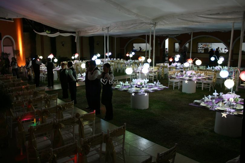 Mesas iluminadas con bombillas