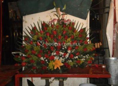 Arreglo floral con 120 rosas