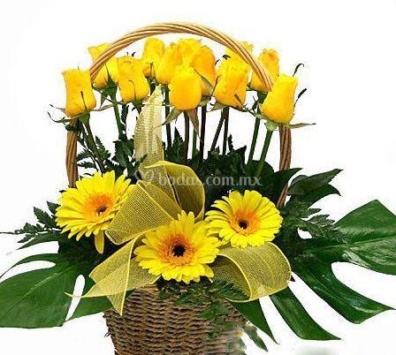 Canasta con flores amarillas