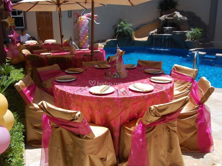 Cubremantel bordado rosa