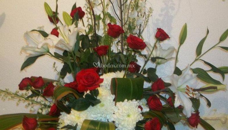 Arreglo con rosas rojas