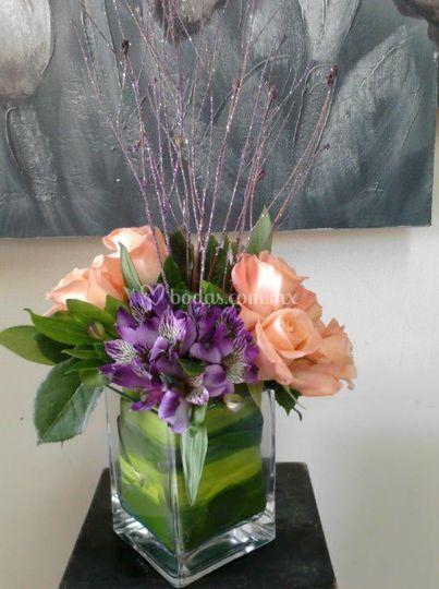 Decoración con rosas y centro violeta
