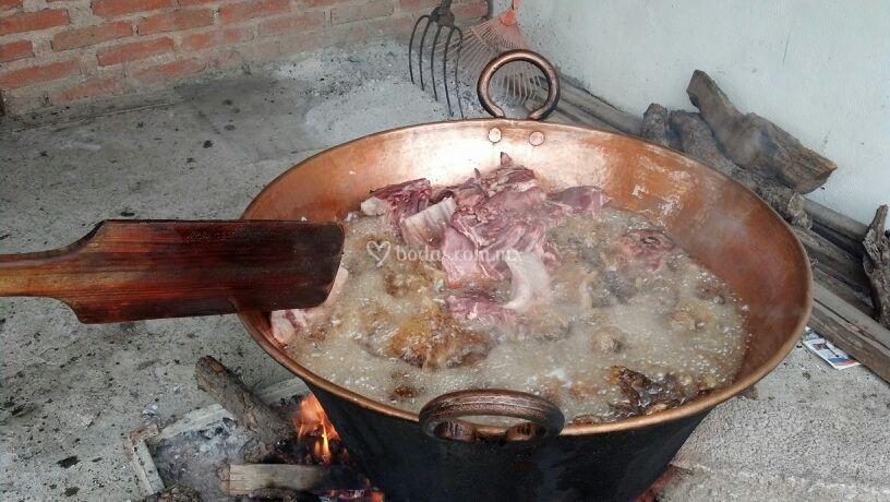 Carnitas cocinadas con leña