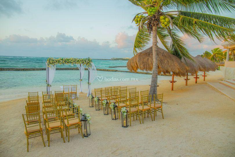 Montaje ceremonia en la playa