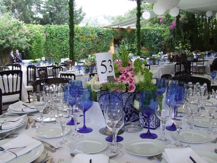 Centro de mesa, base de talavera rosas y miniclaveles