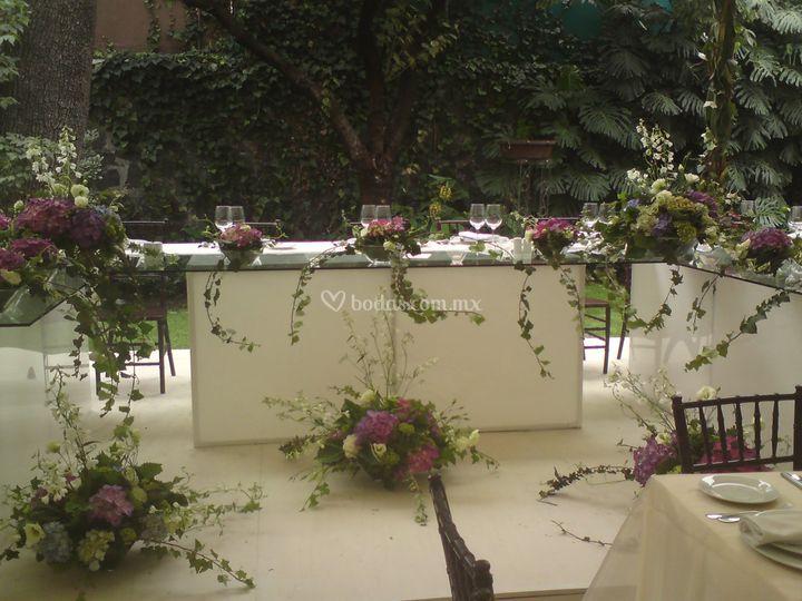 Mesa de novios con arreglos de hortensias