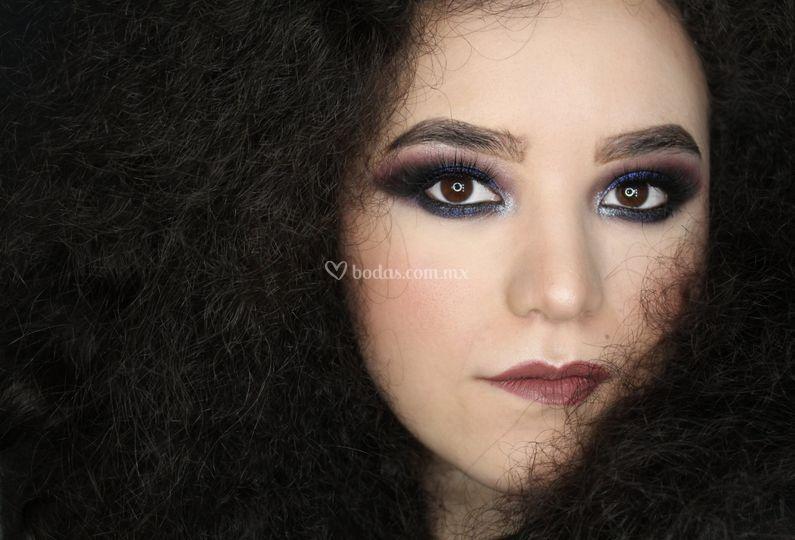 Ojos intensos cabello natural