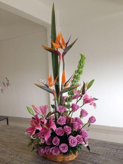 Diseño floral en canasta