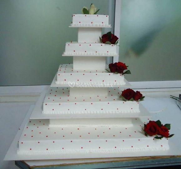 Pastel con rosas rojas