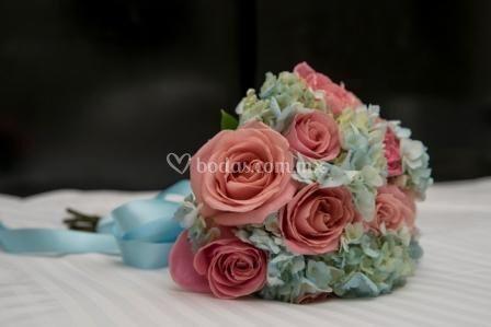 Ramo de hortensias y rosas