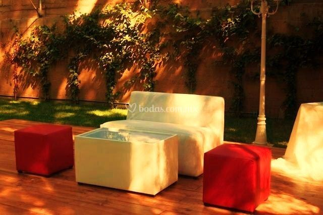 Equipo lounge sobre deck de madera