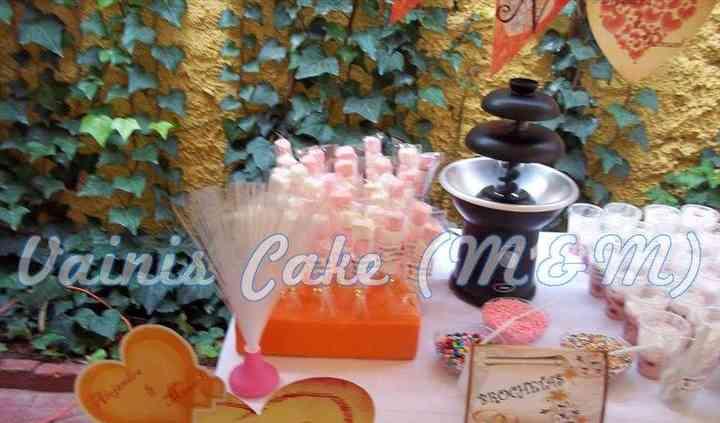 Mesa con fuente de chocolate