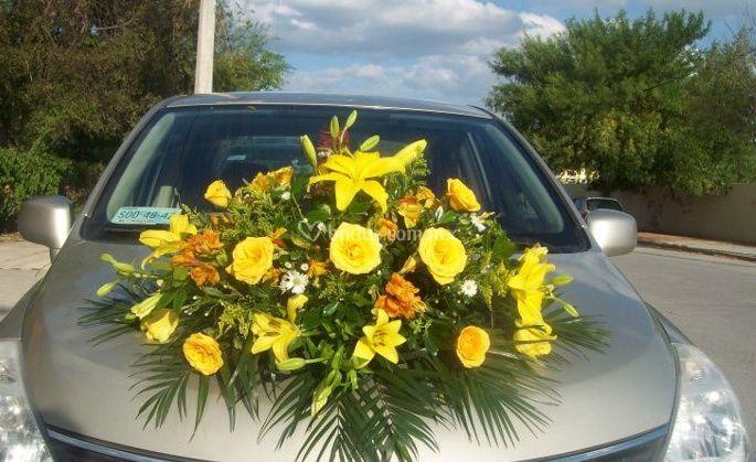 Arreglo en flores amarillas para el coche