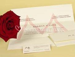 Inivtación impreso en serigrafía con iniciales novios
