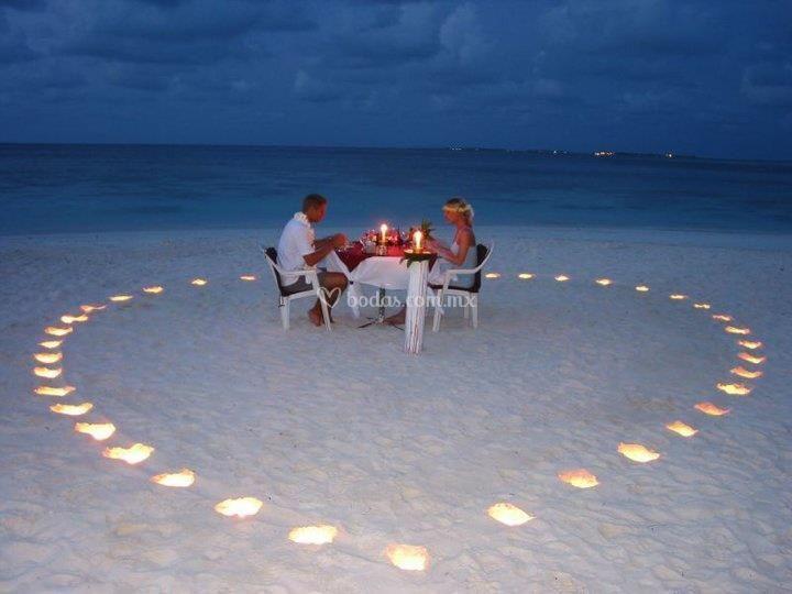 Cena romántica en la arena