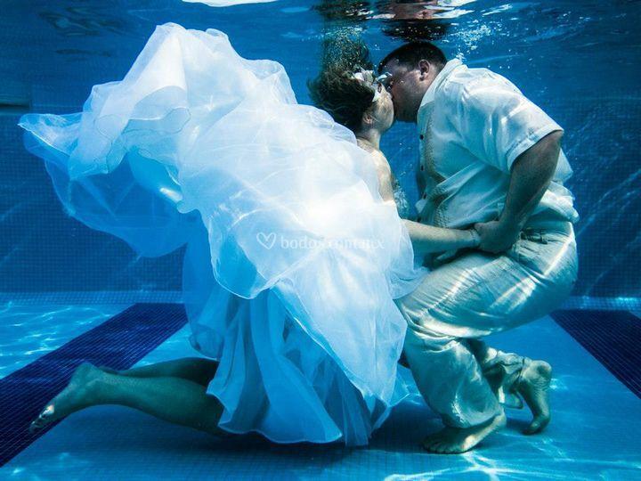 Beso underwater