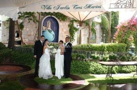Novios bajo toldo de instalaciones de jard n tres mar as for Jardin 3 marias puebla