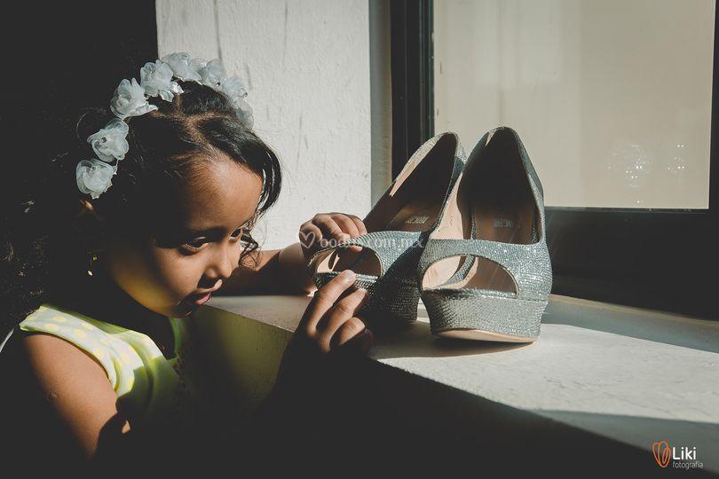 Niña observando zapatillas