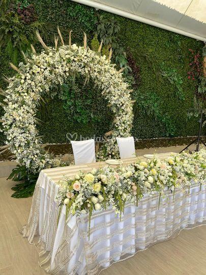 Mesa con aro floral