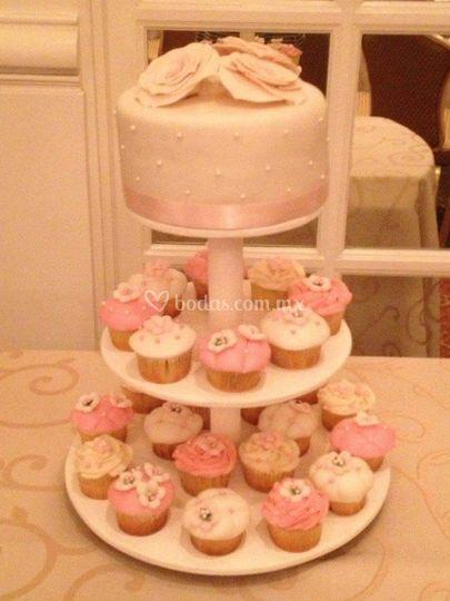 Torre de pastel y cupcakes