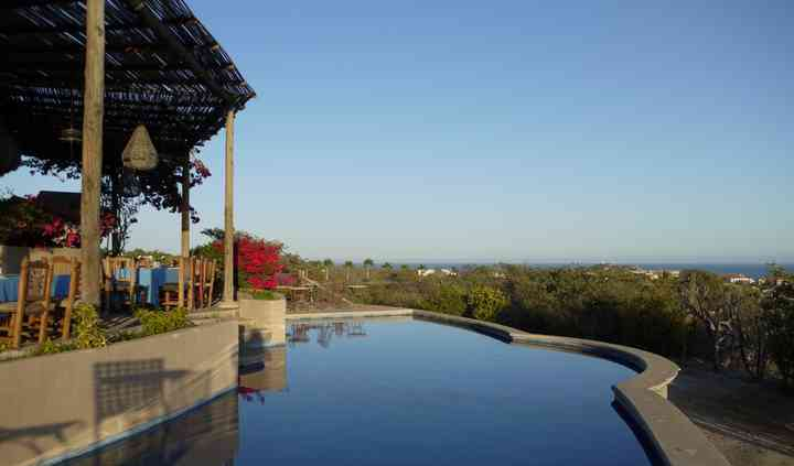 Terraza con amplia piscina