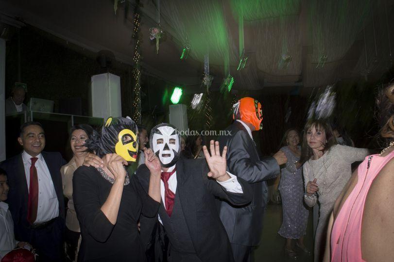 Invitados con máscara