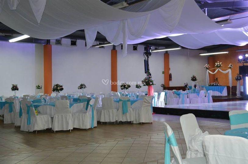 Salón con montaje en azul