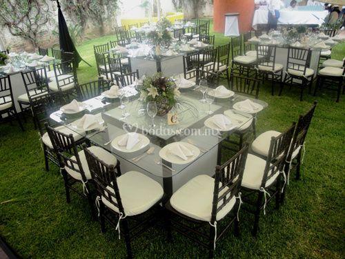 Mesa de cristal sillas tifanny chocolate de banquetes for Mesa cristal 4 personas