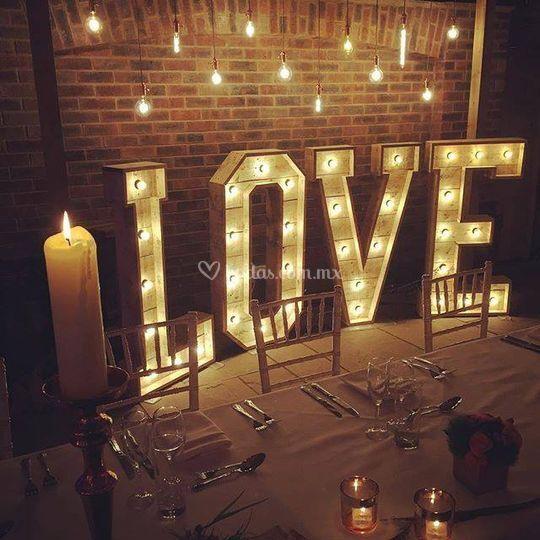 Letrero LOVE rústico con luz