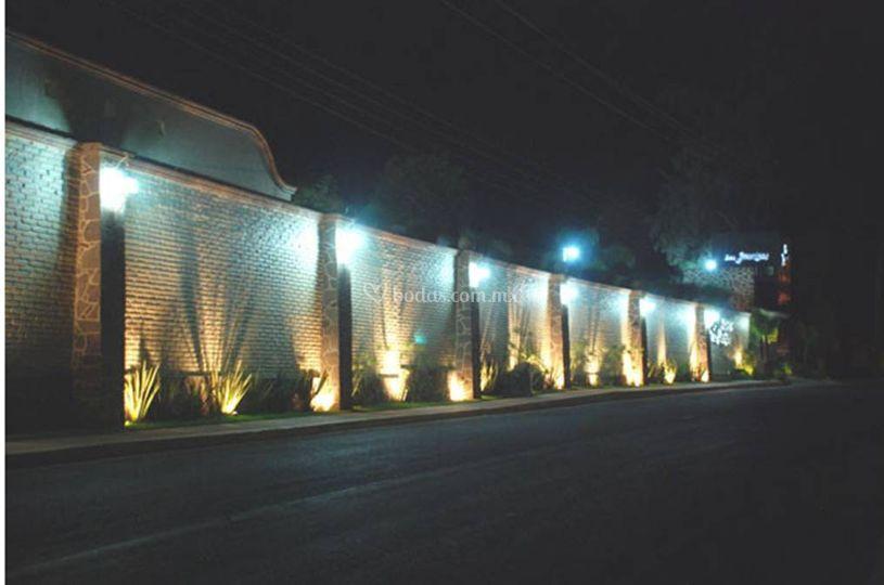 Calle entrada iluminada