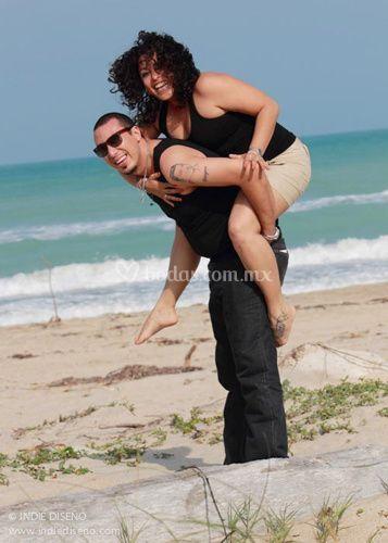 En la playa, Lilia y Emmanuel.