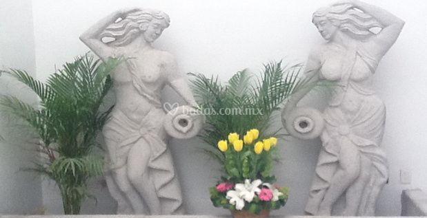 Estatuas en el patio