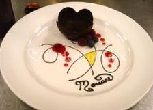 Decoración de plato con postre corazón