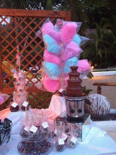 Mesa de dulces y fuentes