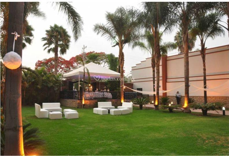 Sala lounge sobre jardín