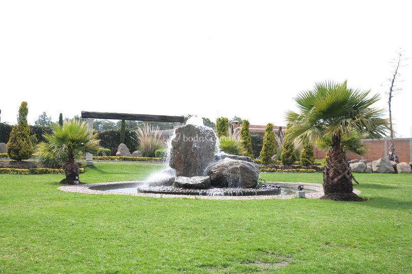 Jard n fuente de piedra for Fuentes de jardin de pared