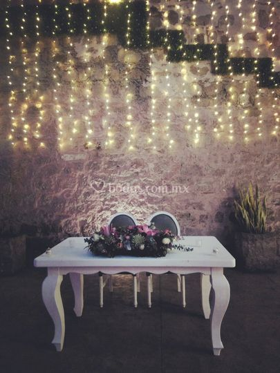 Mesa de novios iluminada