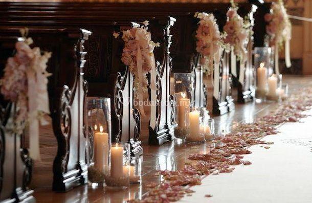 Decoración con pétalos y velas