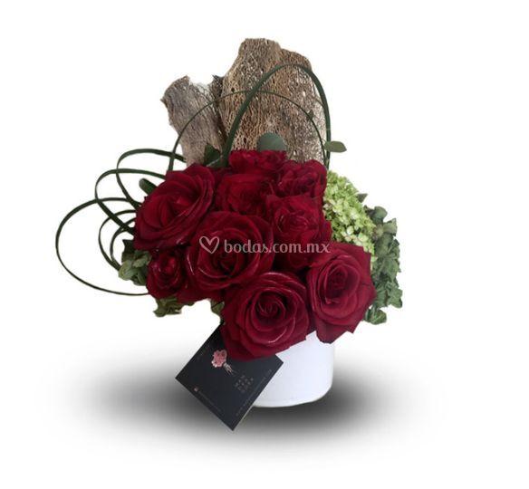 Rosas rojas en base de cerámica