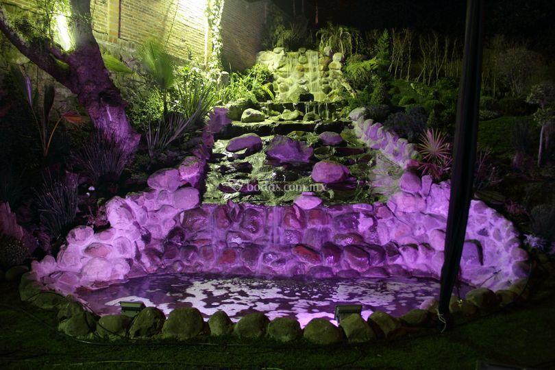 Cascada de noche iluminada