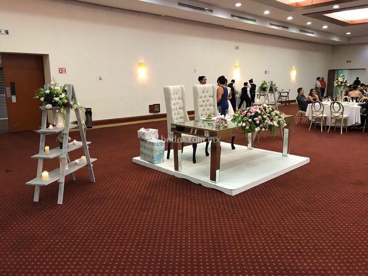 Escaleras y mesa de novios