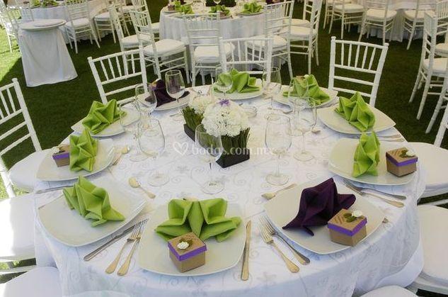 Sillas tiffany blancas y mesa redonda de naila banquetes for Mesa y sillas blancas