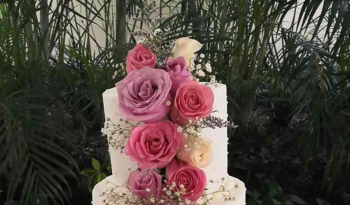Pastel con rosas naturales
